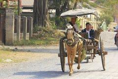 I carrelli del cavallo nel Myanmar sono ancora in uso fotografie stock