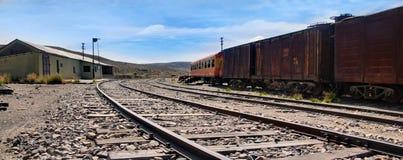 I carrelli ferroviari abbandonati nella stazione ferroviaria di Sumbay vicino a Arequipa, Perù del sud fotografie stock libere da diritti