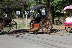 I carretti antichi hanno parcheggiato sulla via in Asia Immagini Stock