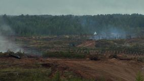 I carri armati russi stanno guidando attraverso il campo Fuochi di scoppio Attrezzatura militare stock footage