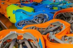 I caschi di sicurezza nei colori differenti in un'avventura parcheggiano Fotografie Stock Libere da Diritti