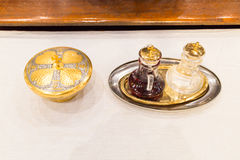 I cattolici impanano e wine in calice sull'altare Fotografie Stock