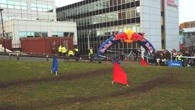 I cavalieri del mountain bike corrono in Howard Street Dual durante il Weekender all'aperto della città a Sheffield video d archivio
