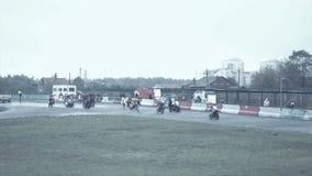 I cavalieri di Moto vanno la posizione di inizio stock footage