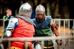 I cavalieri moderni stanno combattendo come nei medio evo fotografie stock libere da diritti