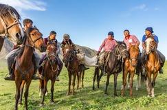 I cavallerizzi giocano con una capra senza testa Fotografie Stock