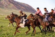 I cavallerizzi giocano con una capra senza testa Fotografia Stock