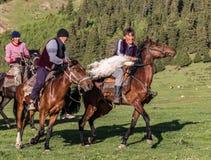 I cavallerizzi giocano con una capra senza testa Fotografia Stock Libera da Diritti