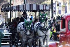 Cavalli e trasporto alla parata del giorno di St Patrick Fotografie Stock