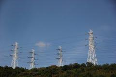 I cavi di alta tensione sulla cima della collina Immagini Stock Libere da Diritti