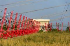 I cavi di comunicazione conducono alla stazione di commutazione dalla torre della radiotrasmittente Fotografie Stock Libere da Diritti