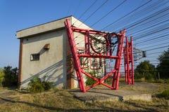 I cavi di comunicazione conducono alla stazione di commutazione dalla torre della radiotrasmittente Immagini Stock
