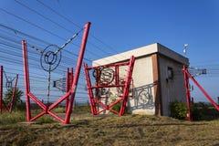 I cavi di comunicazione conducono alla stazione di commutazione dalla torre della radiotrasmittente Fotografia Stock