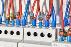 I cavi elettrici sono collegati ai relè ed ai dispositivi di controllo fotografie stock libere da diritti