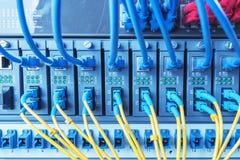 I cavi a fibre ottiche e cavi della rete di UTP hanno collegato le piattaforme portuali Immagini Stock