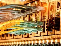 I cavi ottici della fibra hanno connesso all'le porte ottiche Fotografie Stock