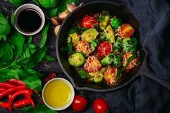 I cavoletti di Bruxelles hanno arrostito con i pomodori, il basilico ed il formaggio Fotografia Stock