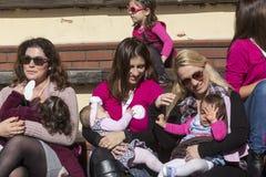 I centinaia di madri hanno assistito al sesto allattamento al seno nazionale nel pub Immagini Stock Libere da Diritti