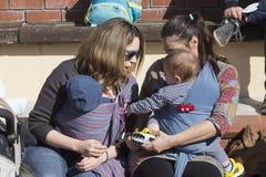 I centinaia di madri hanno assistito al sesto allattamento al seno nazionale nel pub Fotografia Stock