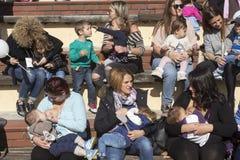 I centinaia di madri hanno assistito al sesto allattamento al seno nazionale nel pub Immagine Stock Libera da Diritti
