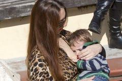 I centinaia di madri hanno assistito al sesto allattamento al seno nazionale nel pub Fotografie Stock Libere da Diritti