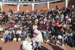 I centinaia di madri hanno assistito al sesto allattamento al seno nazionale nel pub Fotografia Stock Libera da Diritti