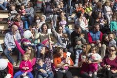 I centinaia di madri hanno assistito al sesto allattamento al seno nazionale nel pub Immagini Stock
