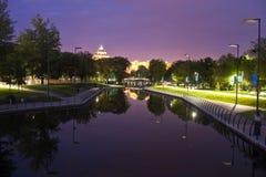 I Central Park av staden av Astana i aftonen royaltyfri bild