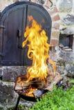 I ceppi che bruciano in un fuoco scavano le grandi fiamme dorate Immagine Stock Libera da Diritti