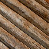 I ceppi sono obliquamente Parete tradizionale ruvida di legno dei ceppi immagini stock