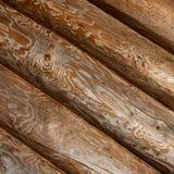 I ceppi sono obliquamente Parete tradizionale ruvida di legno dei ceppi fotografie stock libere da diritti