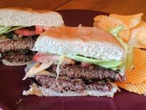 I cheeseburger sono gli alimenti a rapida preparazione Fotografia Stock Libera da Diritti