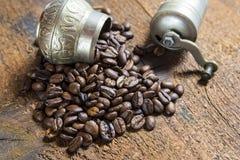 I chicchi di caffè arrostiti hanno traboccato il legno fotografia stock