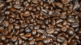 I chicchi di caffè arrostiti, possono essere usati come priorità bassa la macchina fotografica si muove da sinistra a destra video d archivio