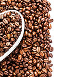 I chicchi di caffè arrostiti in un cuore bianco hanno modellato la scatola al biglietto di S. Valentino D Fotografia Stock