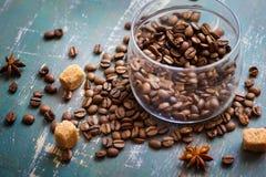 I chicchi di caffè in barattolo ed allentano sui vecchi precedenti miseri Fotografia Stock