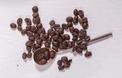 I chicchi di caffè ed il cucchiaio d'argento Immagine Stock Libera da Diritti
