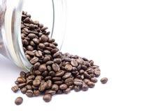 i chicchi di caffè escono dalla bottiglia Fotografie Stock