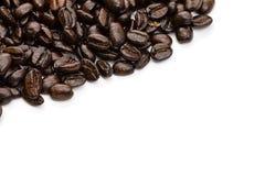 I chicchi di caffè si chiudono sulla macro isolati Fotografia Stock