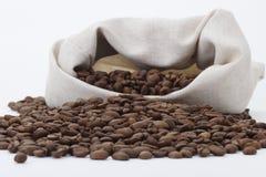 I chicchi di caffè si sono rovesciati dal sacchetto Fotografia Stock Libera da Diritti