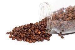I chicchi di caffè sparsi si avvicinano al barattolo di vetro Fotografie Stock Libere da Diritti