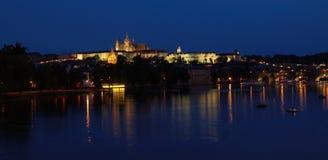 I chicchi di grandine di Praga alla notte fotografie stock libere da diritti