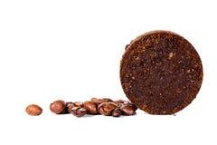 I chicchi ed il giro di caffè hanno premuto i motivi di caffè davanti a bianco fotografie stock libere da diritti