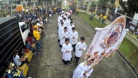 I chierichetti, i sagrestani ed i sacerdoti esegue la processione religiosa archivi video