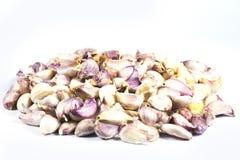 I chiodi di garofano di aglio hanno disposto un piccolo mucchio su un fondo bianco Immagini Stock Libere da Diritti