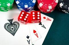 I chip e le carte sulla tavola del casinò Fotografia Stock Libera da Diritti