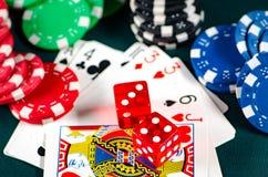 I chip e le carte sulla tavola del casinò Immagini Stock