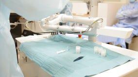 I chirurghi e gli assistenti preparano per chirurgia in una sala operatoria - l'oftalmologia stock footage