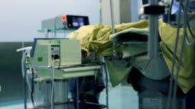 I chirurghi e gli assistenti professionali parlano ed utilizzato il computer durante la chirurgia Funzionano nel funzionamento mo stock footage