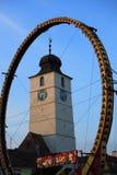 I cicli eccellenti spingono davanti alla torretta del Consiglio Immagini Stock Libere da Diritti